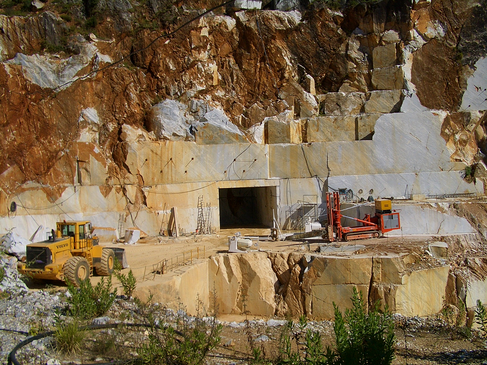 Blocks_of_marble_in_Carrara_marble_quarry_6386